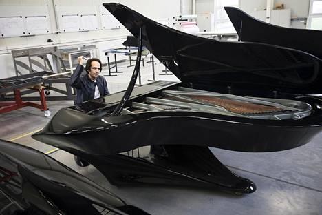 Tältä näyttää pianisti Gergely Bogányin suunnittelema Lepakkopiano, jonka futuristinen ulkomuoto tuo mieleen Batmanin auton.