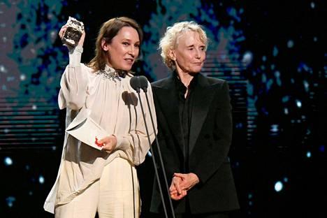 Roman Polanski ei ollut itse vastaanottamassa parhaan ohjaajan César-palkintoa, vaan palkinnon noutivat näyttelijä-ohjaaja Emmanuelle Bercot ja ohjaaja Claire Denis.