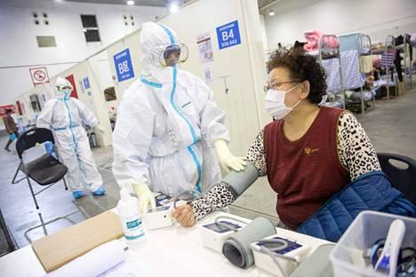 Kiinasta lähtöisin olevan uuden koronavirustaudin vaikutukset ovat edelleen epäselvät. Kiinan viranomaisten mukaan uudet tartunnat ovat vähentyneet viime päivinä. Covid-19-nimen saanut virus aiheuttaa ihmisille hengitystietulehduksia ja keuhkokuumetta. Vanhoille tai sairaille ihmisille tauti voi olla vaarallinen. Lievistä oireista kärsineeltä naiselta mitattiin verenpaine sairaalassa Kiinan Wuhanissa.