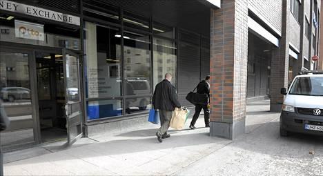 Poliisin tutkijat poistuivat Nordean konttorista Helsingin Lassilassa tiistaina iltapäivällä.