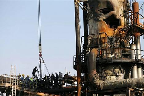 Työntekijät korjasivat lennokki-iskussa vaurioitunutta jalostamoa Abqaiqissa 20. syyskuuta.