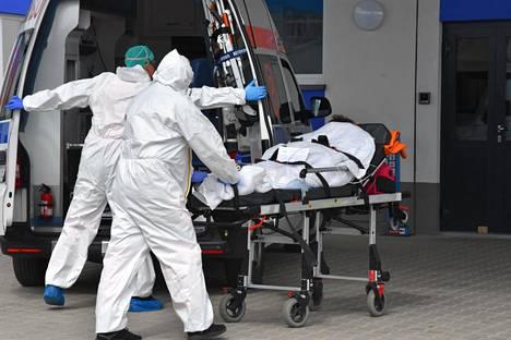 Koronaviruspotilasta kuljetettiin sairaalaan Legnican kaupungissa Puolassa.
