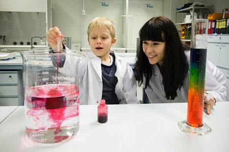 Eeli ja Jenni Vartiainen näyttävät mallia yliopiston laboratoriolla. Näin kivaa tutkiminen on.