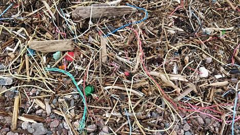 Roskien joukossa oli erityisesti muovilangan palasia.