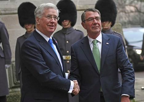Britannian puolustusministeri Michael Fallon (vas.) tervehti Yhdysvaltain puolustusministeriä Ashton Carteria Lontoossa torstaina.