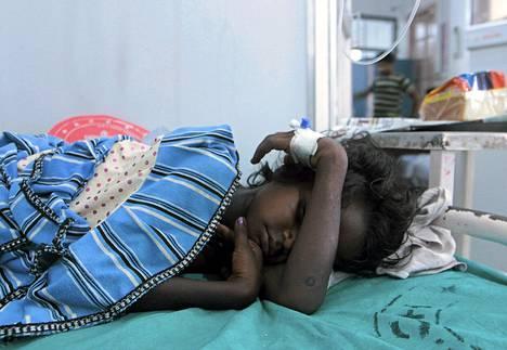 Lapsi joutui sairaalaan Intiassa syötyään pilaantunutta kouluruokaa.