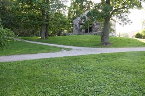 Puotilan kappelin puisto surmapäivän iltana sunnuntaina 31. heinäkuuta 2016.