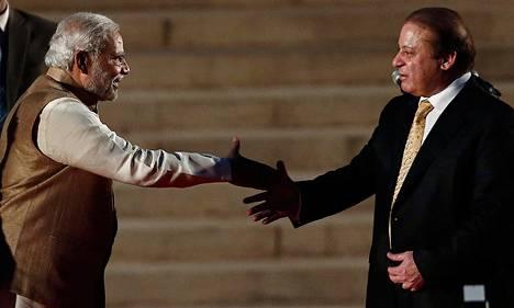 Intian pääministeri Narendra Modi (vas.) kätteli Pakistanin pääministeri Nawaz Sharifia virkavalatilaisuudessa Delhissä maanantaina.