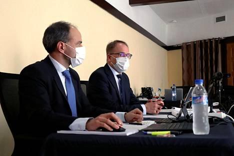 Aluesyyttäjä Matias Londen (vas.) ja valtionsyyttäjä Tom Laitinen sotarikosoikeudenkäynnissä Liberian Monroviassa ensimmäisenä istuntopäivänä tiistaina.