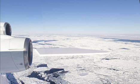 Suorakulmainen jäävuori tuli kuuluisaksi, kun Nasan tutkijat nappasivat siitä kuvia 16. lokakuuta.