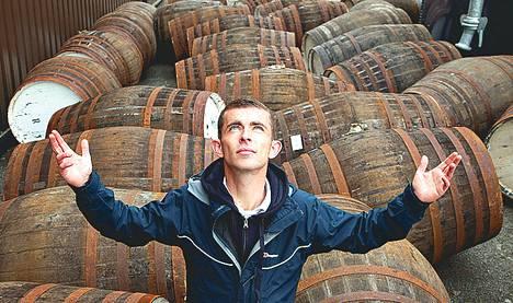 Amatöörinäyttelijä Paul Brannigan löytää viskin.