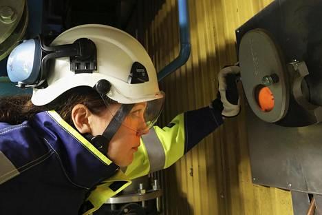 Kivenlahden voimalassa syntyy kaukolämpöä pelleteistä. Fortumin polttoaineasiantuntija Merja Hedman on avannut kakkoskattilan tarkistusluukun.