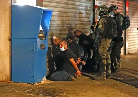 Israelin turvallisuusjoukot pidättivät ryhmän arabeja Lodin kaupungissa torstaina.