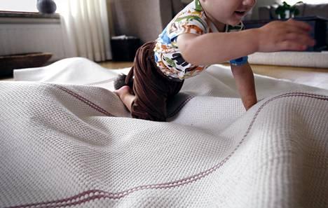 Vanhemman työrauha voi olla parempi, jos lapselle sallii rymyämistä myös sisällä.
