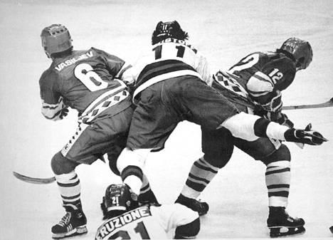 Neuvostoliiton Valeri Vasilijev (vas.) ja Sergei Starikov taklasivat Yhdysvaltain Steven Christoa.