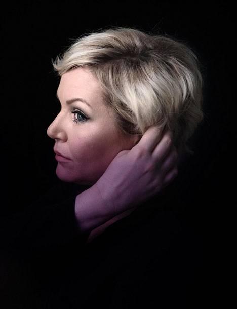 Muusikko ja laulaja Astrid Swan sairastui rintasyöpään. Kun syöpä uusiutui, hän sai kuulla kuolevansa. Siitä alkoi loppuelämä.