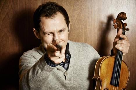 Antoine Tamestit soittaa tämänkin konsertin jälkeen Stradivarius-alttoviulua vuodelta 1672.