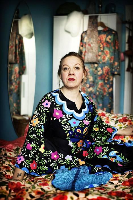 Marjo Leinonen on asunut viimeiset parikymmentä vuotta Puu-Vallilassa. Myös kotona seinät ovat saaneet rikkaan värimaailman.