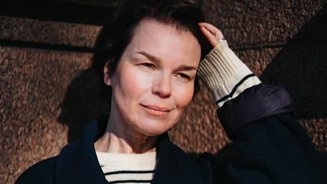Uni viime yönä: on laulaja-lauluntekijä Anna Järvisen esikoisromaani.