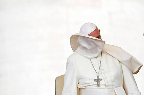 Tuuli tarttui paavi Franciscuksen kaulukseen keskiviikkona Vatikaanin Pietarinaukiolla.