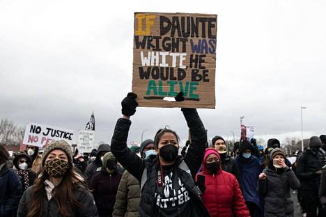 """""""Jos Daunte olisi ollut valkoinen, hän olisi elossa"""" lukee mielenosoittajan kyltissä."""