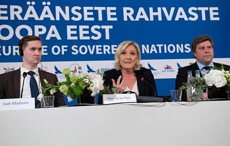 Mari Le Pen lehdistötilaisuudessa Tallinnassa tiistaina. Hänen seurassaan olivat Viron Ekre-puolueen varapuheenjohtaja Jaak Madison (vas.) ja perussuomalaisten eurovaaliehdokas Olli Kotro.