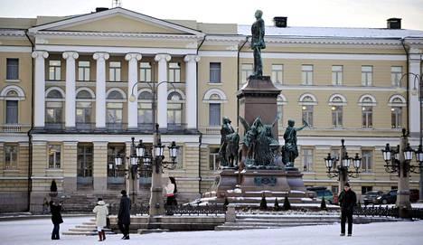 Helsingin yliopiston päärakennus Helsingissä joulukuussa 2009. Etualalla Tsaari Aleksanteri II:n patsas.