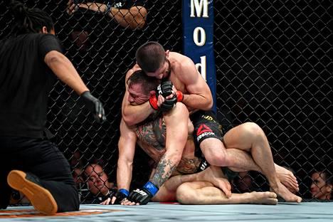 Habib Nurmagomedov (punaiset hanskat) oli ylivoimainen Conor McGregoria vastaan.