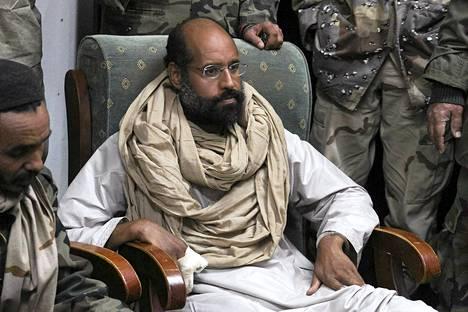 Saif al-Islam vangitsemisensa jälkeen Obarissa 19. marraskuuta.