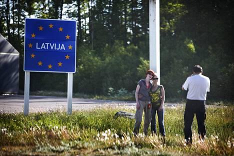 Matkalaiset kuvauttivat itseään Latvian rajalla Via Baltica -reitillä kesällä 2008.