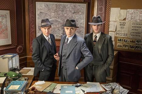 Janvier (Shaun Dingwall, vas.), komisario Jules Maigret (Rowan Atkinson) ja Lapointe (Leo Staar) etsivät sarjamurhaajaa Montmartrella.