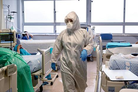 """Sairaanhoitaja Raquel Paiva harmittelee Vila Nova de Gaian keskussairaalassa, että potilaat eivät pysty tunnistamaan henkilökuntaa haalarien ja -lasien takaa. """"Myötätunnon osoittaminen on varotoimien vuoksi muutenkin rajallista."""""""