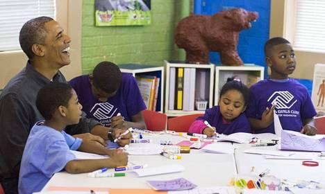 Presidentti Barack Obama osallistui Boys and Girls Club of Greater Washington -keskuksessa opiskelevien nuorten kirjallisuusprojektiin Martin Luther Kingin muistopäivänä maanantaina.