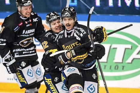 SM-liiga on Suomen ylivoimaisesti kiinnostavin ammattilaissarja. Kuvassa Oulun Kärppien pelaajat juhlivat Juhamatti Aaltosen tekemää maalia finaaliottelussa.