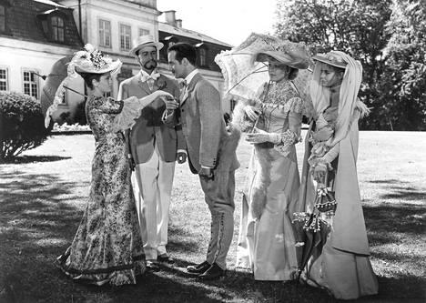 Romanttinen mutta pinnan alla ilkeäkin komedia Kesäyön hymyilyä sijoittuu skånelaiseen kartanoon 1800-luvun lopussa.