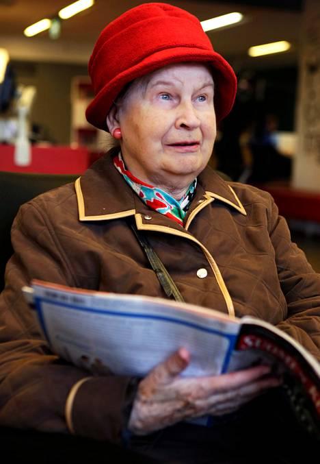 Raija Peraltalle, 83, sanomalehdet ovat tärkeitä tietolähteitä kuntavaaliehdokkaan etsinnässä.