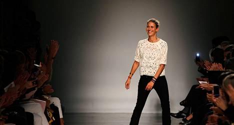 Kun Isabel Marant esitteli vuoden kevät-kesämallistoaan 2013 Pariisin muotiviikoilla vuonna 2012, esiintyi hän korkokengissä. Ehkä tilanne oli jo päällä.