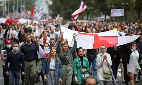 Mielenosoittajat kokoontuivat kaduille Valko-Venäjän pääkaupungissa Minskissä sunnuntaina.