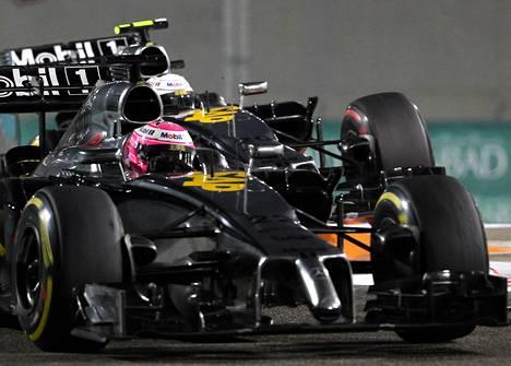 Jenson Button ja Kevin Magnussen ottivat tiukasti yhteen kauden päätöskisassa Abu Dhabissa.