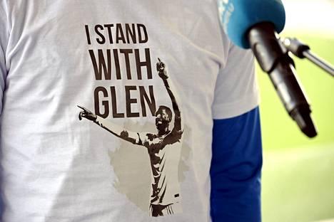 Kantaa on otettu myös t-paidoilla. I stand with Glen luki miesten jalkapallon A-maajoukkueen jäsenten paidassa maanantain harjoituksissa.