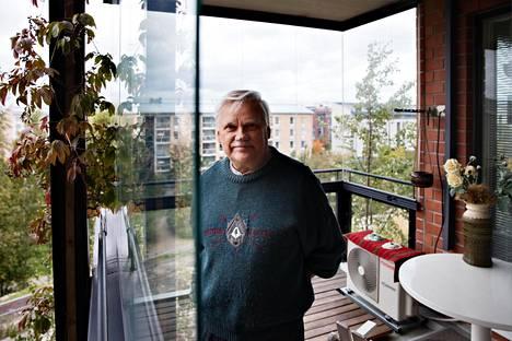 Arkkitehti Tuomo Sirkiä on hankkinut ilmalämpöpumpun viilentämään kotiaan Helsingin Herttoniemenrannassa.
