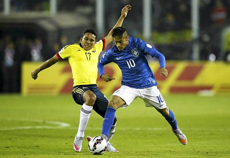 Kolumbian Carlos Bacca (vas.) taisteli Brasilian Neymaria vastaan Copa American ottelussa.