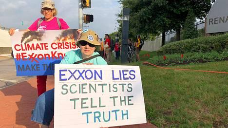 Mielenosoittajat syyttivät Exxonia ilmastomuutoksen vähättelystä yhtiön vuosikokouspaikan edustalla Dallasissa toukokuussa.
