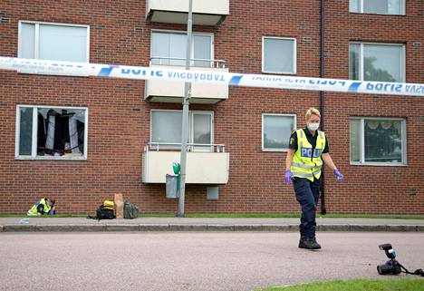 Poliisi tutki räjäytyksen kohteeksi joutuneen asunnon edustaa Göteborgissa maanantaina.