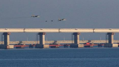 Venäjän ilmavoimien koneet lensivät näytösluonteisesti Kertšinsalmen sillan yli sunnuntaina. Samoihin aikoihin Venäjän rannikkovartiosto valtasi alueella kolme Ukrainan alusta.