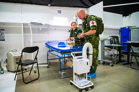 Ruotsin armeijan henkilöstöä koronaviruspotilaita varten pystytetyssä sairaalassa Tukholman messukeskuksessa.