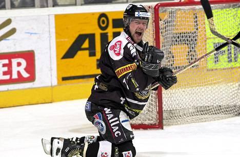 Tomi Kallio juhlisti maaliaan huhtikuussa 2000 ottelussa HIFK:ta vastaan.