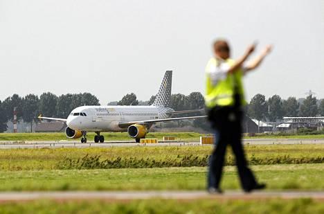 Espanjalaisen lentoyhtiö Vuelingin lentokone Malagasta on laskeutunut Schipholin lentoasemalle Amsterdamiin. Oletettu panttivankitilanne oli väärinkäsitys.