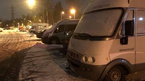 Mustikkamaan pysäköintipaikalle on jätetty talvikuukausiksi autoja. Helsingin kaupungin järjestämä varsinainen autojen talvisäilytyspaikka on kuitenkin Tattarisuolla.