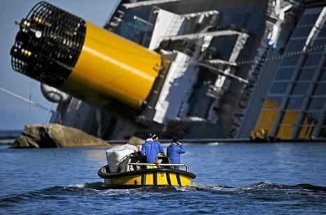 Sukeltajat löysivät  Costa Concordialta naisen ruumiin lauantaina.